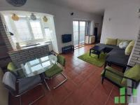 Se izdava namesten stan vo Skopje, Centar so povrshina od 60 m2.  Ekstra: Klima, Centralno Parno, Lift.  Cena: 300 EUR