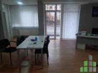 Se izdava prazen kancelariski prostor vo Skopje, Centar so povrshina od 74 m2.  Ekstra: Centralno Parno, Lift, Upotrebna dozvola, Klima.  Cena: 250 EUR