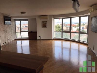 Се издава празен канцелариски простор во Скопје, Дебар Маало со површина од 101 m2.  Екстра: Клима, Централно Парно, Лифт, Нова Зграда, Аларм, Камера, Кујнски елементи, Кујнски апарати.  Цена: 600 EUR