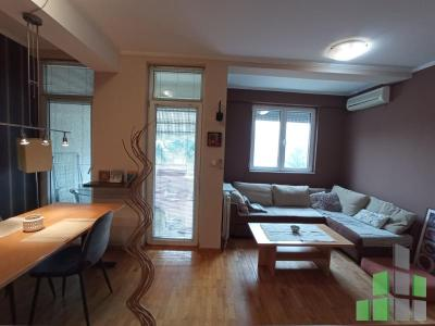 Furnished apartment for rent in Skopje, Centar - Univerzalna Sala with living area of 44 m2.  Extras: AC, Central Heating, Internet, Cable TV, Elevator, Parking.  Cost: 250 EUR