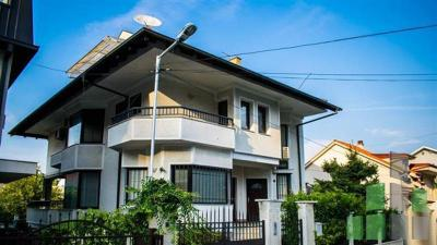 Furnished house for rent in Skopje, Zhdanec with living area of 400 m2.  Extras: AC, Own steam heating, New Building, Parking, Garage.  Cost: 1500 EUR