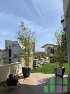 Se izdava namesten stan vo Skopje, Vodno so povrshina od 300 m2.  Ekstra: Klima, Sopstveno parno, Nova Zgrada, Garaza, Dvor, Alarm, Kamera, DJakuzi.  Cena: 2200 EUR