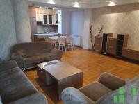 Se izdava namesten stan vo Skopje, Centar so povrshina od 85 m2.  Ekstra: Klima, Centralno Parno, Lift, Nova Zgrada, Parking.  Cena: 450 EUR