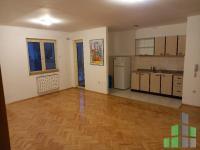 Se izdava prazen stan vo Skopje, Centar so povrshina od 85 m2.  Ekstra: Centralno Parno, Lift, Kujnski elementi.  Cena: 300 EUR